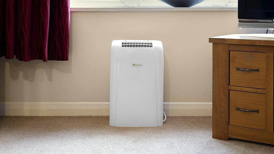 Ejemplo de deshumidificador de aire en la habitación de un hogar